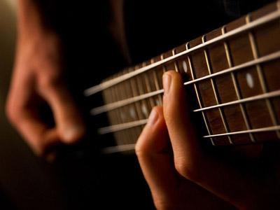 Учимся игре на гитаре: как правильно выбрать инструмент?