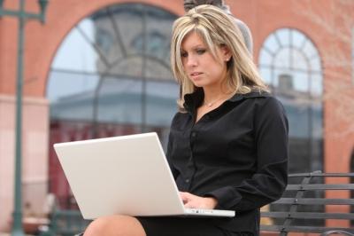 Как подзарядить ноутбук во время путешествия?